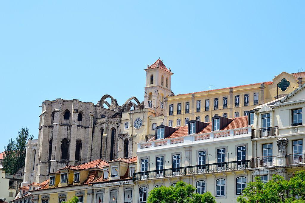 Começa a construção do Convento do Carmo, em Lisboa.